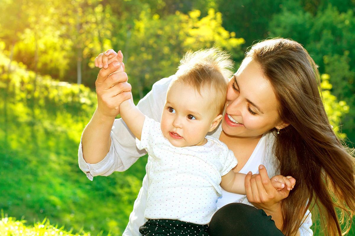 Стильная молодая мама